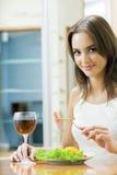 Vrouw met salade en redwine Royalty-vrije Stock Afbeeldingen