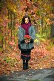 Vrouw met samenstelling en kapsel in het de herfstpark Royalty-vrije Stock Afbeelding