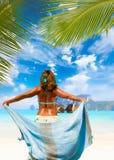 Vrouw met sarongen op het strand Stock Foto's
