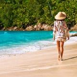 Vrouw met sarongen op strand in Seychellen Royalty-vrije Stock Foto