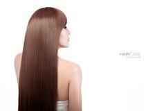Vrouw met schitterend lang bruin gezond haar stock afbeelding