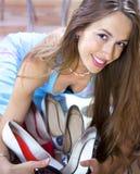 Vrouw met schoenen in winkelcomplex stock fotografie