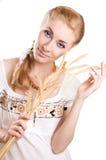 Vrouw met schoof van tarwe royalty-vrije stock foto's