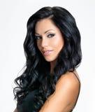 Vrouw met schoonheids lang zwart haar Stock Foto's