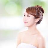 Vrouw met schoonheidsgezicht en perfecte huid Stock Foto's