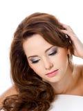 Vrouw met schoonheidsharen en aantrekkingskrachtmake-up Royalty-vrije Stock Afbeeldingen
