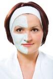 Vrouw met schoonheidsmasker stock afbeelding