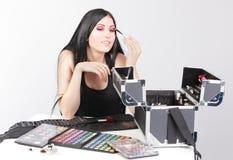 Vrouw met schoonheidsuitrusting Stock Foto