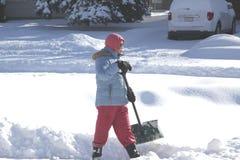 Vrouw met Schop in de Sneeuw Stock Fotografie