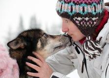 Vrouw met schor hond royalty-vrije stock afbeelding