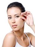 Vrouw met sensuele blik knijpende huid dichtbij het oog Stock Afbeeldingen