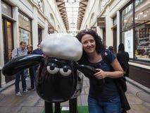 Vrouw met Shaun de Schapen in Londen Royalty-vrije Stock Foto's