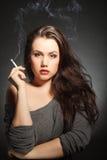 Vrouw met sigaret Stock Foto's