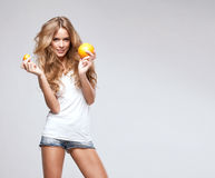 Vrouw met sinaasappel Royalty-vrije Stock Fotografie
