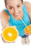 Vrouw met sinaasappel en stro royalty-vrije stock foto