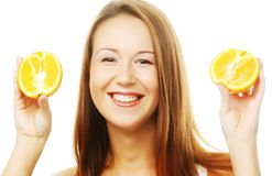 Vrouw met sinaasappelen in haar handen royalty-vrije stock foto's