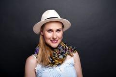 Vrouw met sjaal en hoed over donkere achtergrond Royalty-vrije Stock Afbeeldingen