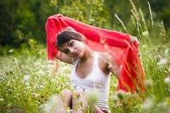 Vrouw met sjaal op gebied Stock Fotografie