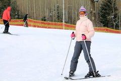 Vrouw met skis Stock Foto's