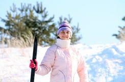 Vrouw met skis Stock Afbeelding