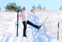 Vrouw met skis Stock Afbeeldingen