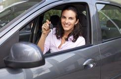 Vrouw met sleutels in een auto Stock Afbeelding