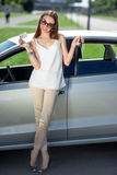 Vrouw met sleutels en vergunning dichtbij haar auto royalty-vrije stock fotografie