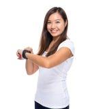 Vrouw met slim horloge stock foto