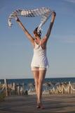 Vrouw met sluier op het strand Stock Foto