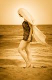 Vrouw met sluier op vreedzaam zonnig strand royalty-vrije stock foto