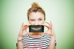 Vrouw met smartphone Stock Afbeelding