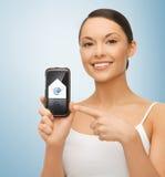 Vrouw met smartphone en e-mailpictogram Royalty-vrije Stock Afbeeldingen