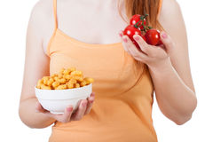 Vrouw met spaanders en tomaten in handen Stock Afbeeldingen