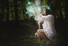 Vrouw met spooklichten in geheim bos stock foto