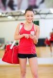 Vrouw met sportenzak, smartphone en oortelefoons Stock Foto