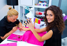Vrouw met stilist bij de manicure royalty-vrije stock foto's