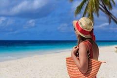 Vrouw met strandzak bij het overzees royalty-vrije stock foto's