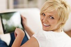 Vrouw met tablet Stock Afbeelding