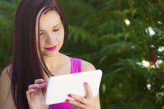 Vrouw met tablet Royalty-vrije Stock Afbeeldingen