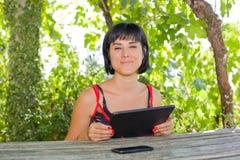 Vrouw met tablet Stock Foto's