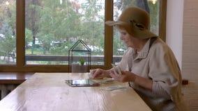 Vrouw met tablet en geld stock footage