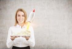 Vrouw met tablet en kleine raket Royalty-vrije Stock Foto