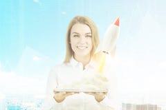 Vrouw met tablet en kleine raket, gestemde stad, Royalty-vrije Stock Foto's