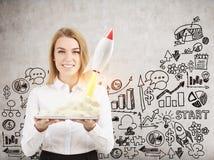 Vrouw met tablet en kleine raket, schets Stock Foto's