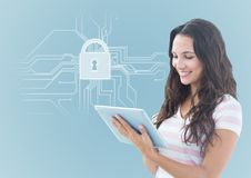 Vrouw met tablet en wit slot grafisch tegen blauwe achtergrond stock afbeeldingen