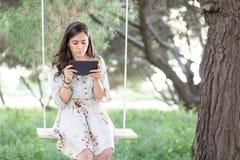 Vrouw met Tablet op een Schommeling royalty-vrije stock foto's