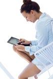 Vrouw met tablet thuis stock foto