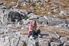 Vrouw met tabletcomputer in de bergen Royalty-vrije Stock Foto