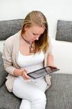 Vrouw met tabletPC Stock Foto