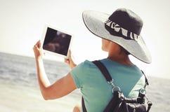 Vrouw met tabletpc bij het strand Royalty-vrije Stock Foto